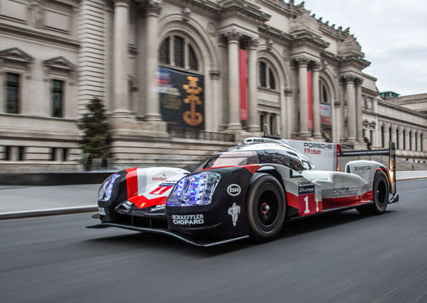 Poslední rozloučení s vítězem Le Mans. Prototyp Porsche se proháněl ulicemi Manhattanu