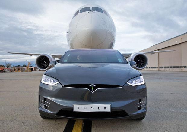 Elektromobil Tesla Model X utáhne i 115tunový letoun Boeing 787-9 Dreamliner