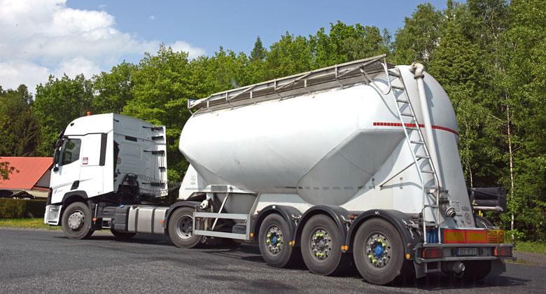 Vozili jsme cement: Co všechno musí řidič takového vozidla zvládnout?