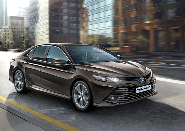 Toyota Camry se vrací do Evropy! Na Superb či Insignii tasí moderní hybridní pohon