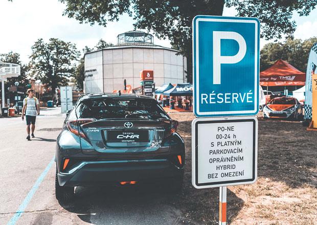Plánujete koupit hybrid? V Praze už s ním zaparkujete zdarma
