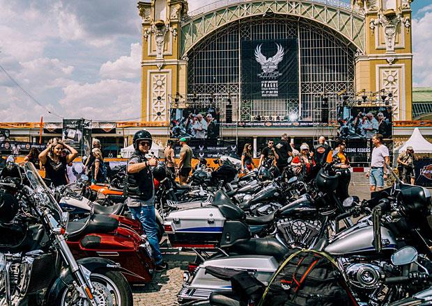Tisíce motorkářů projely Prahou na oslavu výročí Harley-Davidson
