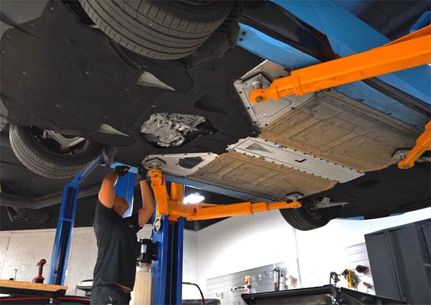 Výměna oleje v motoru Lamborghini Huracán: Jednoduché to tak úplně není!