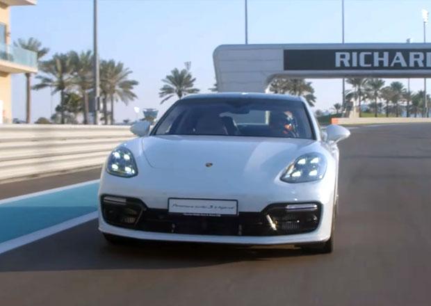 Porsche slaví rekordy, má nejrychlejší hybrid! Tedy mezi sedany. Luxusními. A se čtyřmi dveřmi