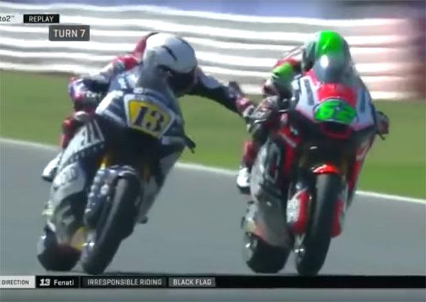 Neuvěřitelný zkrat: Motocyklový závodník zmáčkl soupeři brzdu v rychlosti 250 km/h. Dostal padáka