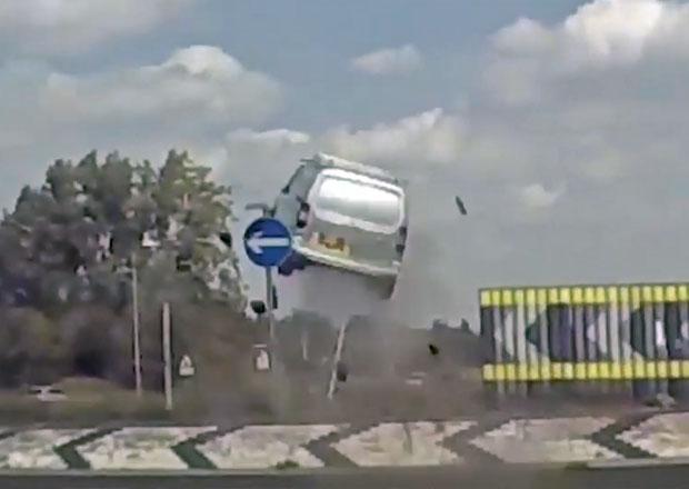 Šokující video z Anglie: Řidič dodávky to přehnal s rychlostí a přelétl kruhový objezd