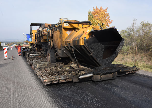 Byli jsme u unikátní opravy silnice: Oprava kilometru silnice za pouhý den!