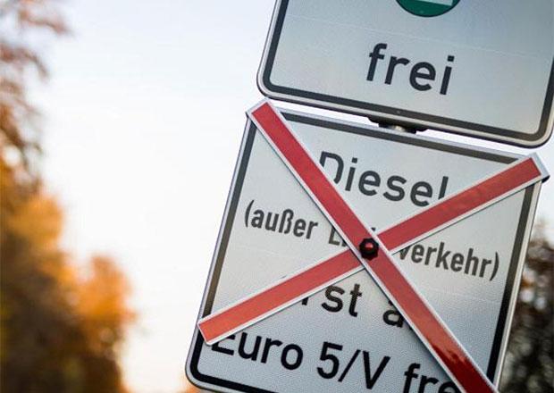 Soud nařídil zákazy jízdy starších naftových aut v Essenu