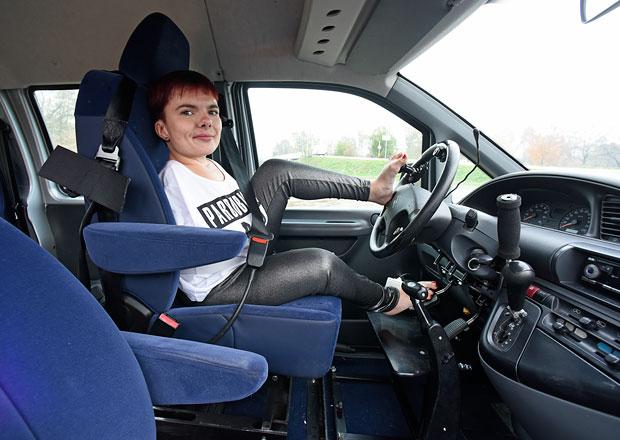 Jak se řídí nohama: Když na řidičák ruce nepotřebujete