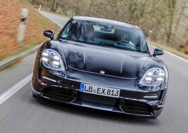Legendární Walter Röhrl testoval Porsche Taycan: Prý jede jako nic před tím!