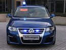 Policejní Passat projel přes svodidla do protisměru