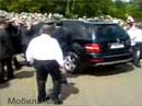 Ruský prezident Medveděv za volantem Mercedesu ML hvězdou internetu (video)