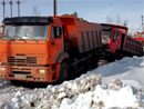 Návod, jak NEvyprošťovat zapadlý náklaďák (video)