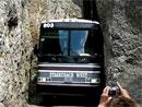 Řidič tohoto autobusu potřebuje nervy ze železa (video)