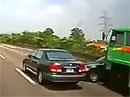 Když řidič náklaďáku přehledne osobní auto (video)