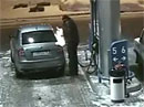 Horko u pumpy: řidič si posvítil do nádrže sirkou (video)