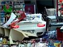 Jako ve špatné komedii: Řidička Porsche 911 Turbo si spletla plyn s brzdou (video)