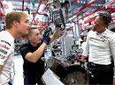 Schumacher a Rosberg montují motor Mercedesu CLS 63 AMG (video)