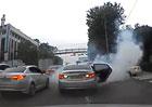 Video: Neovladateln� Hyundai Sonata bour� do aut kolem sebe