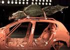 Předvánoční crash-test: Teď letí stromeček (video)
