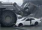 Video: Čelní nakladač rozmáčkl Mercedes CLK