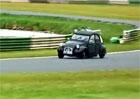 Video: Citroën 2CV s motorem BMW na okruhu Mallory Park aneb Kachna jede!