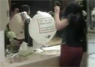 Video: Airbag na dámských záchodcích? Mini varuje!