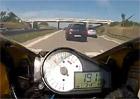 Video: Motocyklistu d�lilo od fat�ln� nehody jen p�r centimetr�