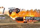 Video: Rekordní skok s monster truckem měří 71,5 metru