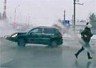 Video: Nehodu dvou vozů málem odnesla náhodná kolemjdoucí