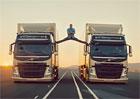 Jean-Claude Van Damme: Roznožka mezi dvěma kamiony Volvo (2x video)