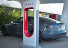 Daimler a Bosch se bouří proti nestandardním dobíjecím stanicím Tesly
