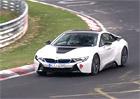 Video: Parádní zvuk BMW i8 a nepochopitelný výpadek na Severní smyčce