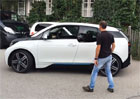 BMW i3 umí zaparkovat samo. Opravdu samo! (video)