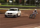 Video: BMW M235i driftuje v tandemu s motorkou