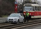 Video: Tramvaj v Praze vytahovala z kolejiště uvízlé Volvo