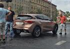 Infiniti Q30 zachyceno p�i nat��en� reklamy v Praze