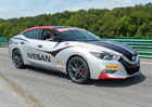 Nissan Maxima slou�� ve Virginii jako Safety Car