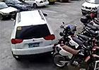 Video: Nejhorší parkování roku! Totální likvidace auta za pár vteřin…
