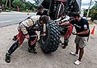 Dakar živě: Kolomý potřeboval pneumatiku, která byla desítky kilometrů daleko. Získal ji!