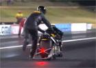 Video: Někdy se musí do cíle doběhnout i s motorkou