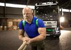 Volvo Trucks a nejsiln�j�� mu� planety spoj� s�ly (+video)