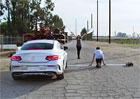 Video: Mercedes-Benz C Coup� proti parkouristovi a hra�ce. Kdo vyhraje?