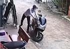 Video: Zlod�je motorek jen tak n�co neodrad�
