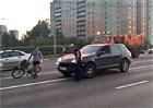 Frajírci v Porsche šikanovali cyklistu. Všechno zarazilo ozbrojené komando (video)