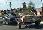 Video: Lamborghini Murciélago s přívěsem. Neuhádnete, co veze