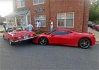 Peklo je, kdy�� zaparkujete klasick� mercedes na Ferrari 458 Speciale