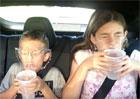 Video: Pití v autě? V tesle zhola nemožné!