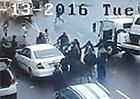 Video: Dvojice zlodějů se snažila ukrást auto. Kolemjdoucí byli proti