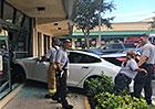 Další zvláštní nehoda Tesly? Model S prý sám vjel až do tělocvičny
